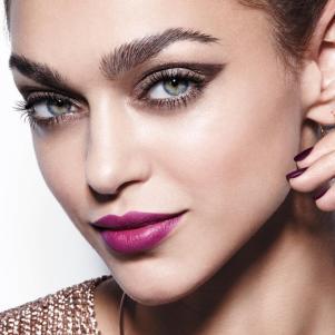 Big & Daring mascara model